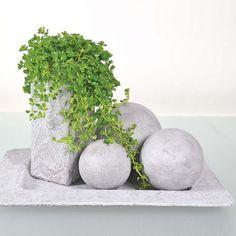Betoniefektipastan avulla päällystetyt styrox-pallot, maitopurkki ja tarjotin.