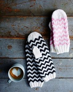 Siksak-tumput syntyvät sukkelaan. Neulo itselle ja kaverille kans! | Kodin Kuvalehti Mittens Pattern, Knit Mittens, Knitting Socks, Knitted Hats, Knitting For Kids, Baby Knitting, Free Knitting, Knitting Charts, Knitting Patterns Free
