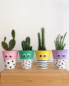 Small plants with small eyes that brighten and inspire the day … - Cactus Ideen 2020 Painted Plant Pots, Painted Flower Pots, Flower Pot Crafts, Clay Pot Crafts, Diy Crafts, House Plants Decor, Plant Decor, Decoration Plante, Mason Jar Crafts