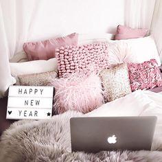 chambre rose et blanc, idée comment décorer son lit pour un espace féminin, coussins en faux fur et pompons