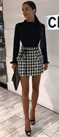 #spring #outfits  woman wearing white and black hounds-tooth print skirt looking at her right side. Pic by @perfect_fashion_styling