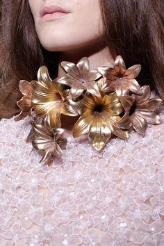 Complementos de novia // Bridal Accessories LLámame EXTAGERADA!!! pero sería tan feliz casándome con un collar asi de bonito <3 Giambattista Valli Spring 2013  #complementosdenovia #noviachic