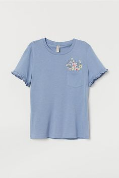 Fitted T-shirt in soft jersey made from a viscose and cotton blend with embroidery and short, ruffle-trimmed sleeves. Cool Outfits, Casual Outfits, Look Vintage, Cute Tshirts, Neue Trends, Aesthetic Clothes, Blue Flowers, Fitness Fashion, Mens Tops