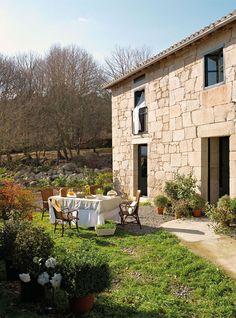 Exterior en medio del bosque.Desayuno en el campo, con una mesa de Jardínd'Ulysse España y unas sillas de Hanbel.