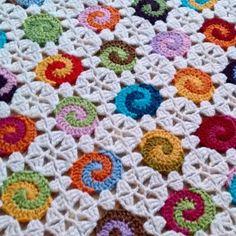 Another look on the Swirl blanket. Fast becoming one of my favorites! Vielä kuva Pyörrepeitosta. Tykkään! #crochet #crochetblanket #swirling #virkkaus #virkattupeitto #novita7veljestä #seiskaveikka #skinomacrochet by skinoma