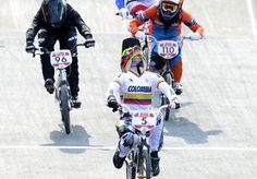 La llegada en primer lugar de Mariana Pajón, que le valió el primero oro a Colombia en Londres 2012, y el segundo en toda la historia. El himno nacional sonó con fuerza en los corazones colombianos. (AFP/VANGUARDIA LIBERAL)