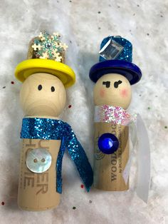 These unique snowmen cork ornaments are the perfect gift for the holidays. This ornament set is great as Wine Bottle Charms, Party Favors, Stocking Stuffers, Christmas Tree Ornaments, Gift Wrap Special Adornment, Teacher Gifts, Cookie Swap Favors/Decor and Secret Santa/ White