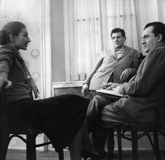 Maria Callas avec Luchino Visconti et Leonard Bernstein à la scala de Milan pendant les répétitions de La Sonnambula de Bellini. Milan 1955