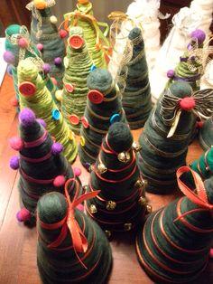 Arbolitos de fieltro y lana de oveja hilada y teñida artesanalmente para decorar la mesa de Navidad