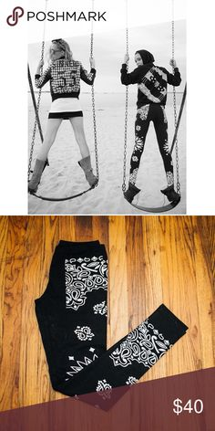 BLACK SCALE VV PAISLEY LEGGINGS (NEW) Never worn. All garments come from a pet loving home. Black Scale Pants Leggings