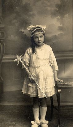 vintage everyday: 35 Cute Vintage Photos of Children Dressed Up as Fairies in the Early Century Vintage Children Photos, Vintage Girls, Vintage Pictures, Old Pictures, Vintage Images, Old Photos, Antique Photos, Vintage Photographs, Portraits Victoriens