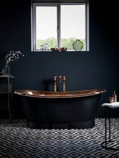 salle de bain murs bleu fonc murs bleus et marbre blanc. Black Bedroom Furniture Sets. Home Design Ideas