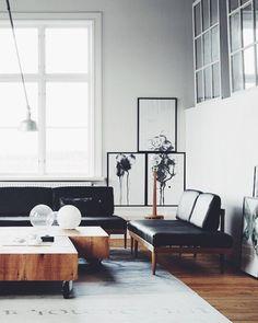 Stilvolle Kombination von Leder und Holz im modernen Wohnzimmer.