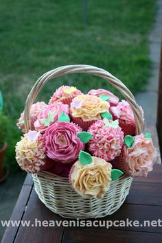 Beautiful & pretty #Cupcake bouquet presented in a basket and they look so good! We love and had to share! Great #CakeDecorating!