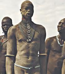 Jovem do Povo Dinka do Sudão na cerimônia de praparação para seu casamento. O povo Dinka são considerados o povo mais alto do mundo, uma pessoa normal nessa tribo mede em média 1,80 de altura.  No meio da moda e esportivo temos alguns exemplos de pessoas pertecentes a essa tribo, a Top Model Alek Wek, que mede 1,86 de altura e o ex-jogador da NBA Mamute, que media incríveis 2,31 de altura, MARAVILHOSOS!!!!