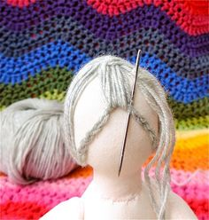 The threads mark the centre of the face (the horizontal thread is the eyeline). The pin marks centre point for hair. Crochet chain pinned to mark hairline (front) Crochet chain pinned… Granny Square's Hair – A Picture Tutorial – Rainbow Hare Inste Sock Dolls, Felt Dolls, Crochet Dolls, Rag Dolls, Doll Crafts, Diy Doll, Sewing Crafts, Doll Wigs, Doll Hair