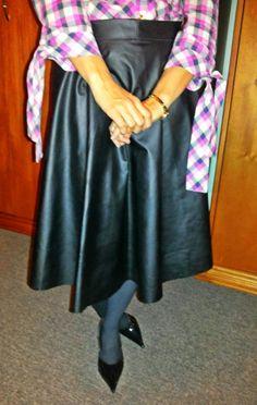 Saia godê de couro sintético da Praxedes Atelier - http://www.blogfemina.com/2014/07/resenha-saia-gode-de-couro-sintetico-da.html