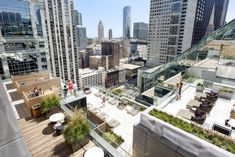 OneEleven in Chicago captures your imagination. These elegantly modern apartments in the Loop in downtown Chicago offer breathtaking views unlike any other. Luxury Condo, Luxury Apartments, Outdoor Spaces, Outdoor Living, Outdoor Kitchens, Chicago Neighborhoods, Chicago Apartment, Open Layout, Rooftop