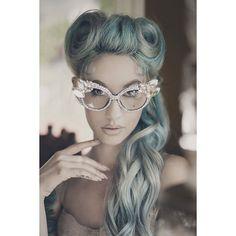 Nova tendência? Mulheres jovens começam a pintar seus cabelos de cinza ❤ liked on Polyvore featuring hair
