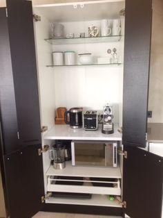 Koti rakennetaan tunteella, pienet kodinkoneet piiloon aamiaiskaappiin. Ei turhaa härpäkettä näkyviin keittiön tasoille.