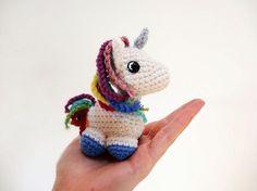 Häkelanleitung: Amigurumi-Einhorn mit Regenbogenmähne häkeln / diy crochet tutorial: cute unicorn with rainbow crest via DaWanda.com