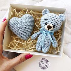 Cute bear with heart Crochet Teddy, Crochet Bunny, Cute Crochet, Crochet Animals, Crochet Dolls, Knit Crochet, Crochet Bear Patterns, Amigurumi Patterns, Accessoires Photo