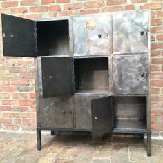 Ancienne armoire industrielle d'usine, d'atelier en métal patine graphite sur pieds se composant de9 casiers avec portes.  Prix : 1100 € Commande par email : sobrocindus@gmail.com Ou par téléphone...