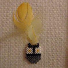 Ugle pyntet som indianer laget av Hama perler / Owl made with Hama beads. Hama Beads, Owl, Brooch, Owls, Brooches, Hama Bead