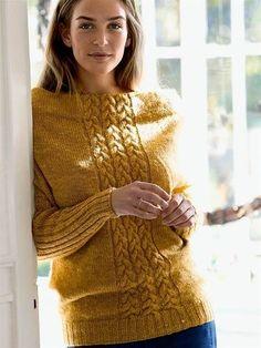 Gratis strikkeopskrift på en flot bluse med fletninger og en smuk halsudskæring. ❋ ❋