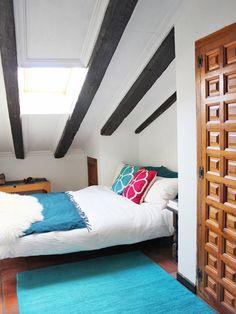 Blanco y colores intensos en el dormitorio