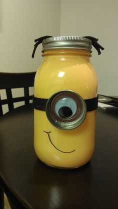 Minion mason jar: com lemon curd Uses For Mason Jars, Ball Mason Jars, Mason Jar Gifts, Mason Jar Diy, Tetra Pak, Minion Room, Minion Party, Minion Theme, Baby Food Jar Crafts