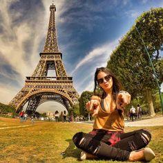"""Nem precisa falar de onde é essa foto né?  A Torre Eiffel possui 324 metros de ferro (até a ponta da antena) e recebe o título de """"monumento pago mais visitado do mundo"""". Olha que linda foto compartilhada pela @thyanne_  São cerca de 7 milhões de visitantes por ano a grande maioria estrangeiros. Que tal aumentar esse número para 7 milhões  você?  #blogmochilando #frança #france #paris #torreeiffel #showdeluzes #cidadeluz #mochilando.com.br"""