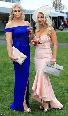 Dois amigos mostram seus membros bronzeados em vestidos fora do ombro
