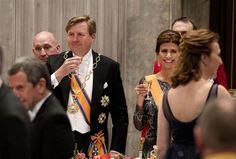 AMSTERDAM - Koning Willem-Alexander heeft maandagavond tijdens zijn toespraak bij het staatsbanket ter ere van het staatsbezoek van de Argentijnse president Mauricio Macri in sterke bewoordingen stelling genomen tegen de tijd van terreur en dictatuur in Argentinië. Hij gebruikte het beladen 'nunca más om te onderstrepen dat de les van de grimmige jaren duidelijk was:...