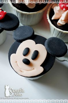 OMG!!!! Love these! mickey mouse cupcake