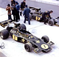 John Player Team Lotus Pits (USA :The two Lotus ( Ford-Cosworth DFV, naturally aspirated, mid-engined, longitudinally mounted) of Ronnie Peterson and Jacky Ickx Lotus F1, Car Paint Jobs, Classic Race Cars, Auto Retro, Monaco Grand Prix, Formula 1 Car, Vintage Race Car, F1 Racing, Drag Racing
