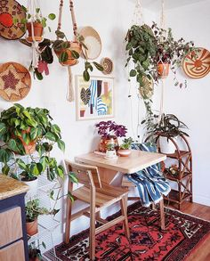 38 Beautiful Hanging Plants Ideas for Indoor Design Interior Design Living Room, Living Room Decor, Bedroom Decor, Indie Living Room, 70s Bedroom, Retro Home Decor, Cheap Home Decor, 70s Decor, Plywood Furniture
