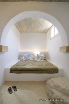Koufonisia Cyklades, are available for sale three houses of The houses are located in the area of Pori, one of Interior Architecture, Interior And Exterior, Interior Design, Cob House Interior, Earth Bag Homes, Earthship Home, Mud House, Adobe House, Natural Building