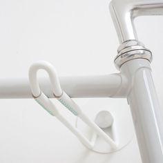 Minimalistisch und handgefertigt: Die cleane Fahrrad-WandhalterungHOOKSvon Alexa Lettenaus Hamburg besticht durchihrsachlichesDesign und feinen Akzenten. Aus Stahl und Aluminium (bzw. zum Teil auch Kupfer)sinddie Wandhalter HOOKS gefertigt,die jeweils aus einem zweiteiligen Set bestehenundsich flexibel an der Wand montierenlassen. Eine robuste Pulverbeschichtung … Weiterlesen