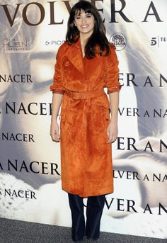 Pénelope Cruz ha presentado 'Volver a nacer' en Madrid, y para el photocall de la tarde apostó por Loewe, de la que es imagen. Con un abrigo de gamuza en naranja que combinó con unos jeans ligeramente acampanados.