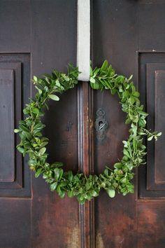Tänä jouluna isoin villitys tässä talossa ovat olleet puolukanvarpukranssit. Materiaalina varvut ovat niin kevytt...