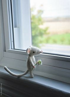 lucie la souris - this is absolutely adorable. Crochet Mouse, Crochet Amigurumi, Amigurumi Patterns, Free Crochet, Knit Crochet, Crochet Patterns, Felt Mouse, Chrochet, Crochet Animals