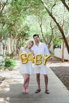 Pregnancy Announcement: How to Dress when Pregnant. You can still look stylish and feel good when dressing for a pregnant. Halloween Pregnancy Announcement, Baby Announcement Photos, Pregnancy Announcements, Pregnancy Guide, Pregnancy Photos, Maternity Pictures, Baby Pictures, Pregnant Halloween, Pregnant Mom