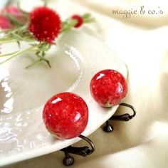 minne(ミンネ)| flower jewelry~真っ赤な千日紅のビー玉イヤリング~