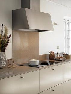 Kjøkkenhette fra Røros gjør ditt kjøkken til noe utenom det vanlige    Drømmekjøkkenet Apartment Kitchen, Home Decor Kitchen, Interior Design Kitchen, Luxury Kitchens, Cool Kitchens, Kitchen Cooker, Kitchen Nightmares, Beige Kitchen, Scandinavian Kitchen