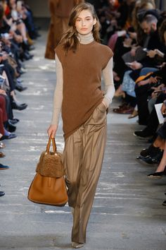 Max Mara Fall 2017 Ready-to-Wear collection, runway looks, beauty, models, and reviews.