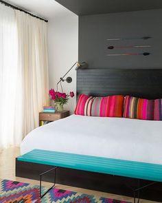 Para quem quer modernidade pequenos detalhes dão um toque especial como estampas geométricas e cores alegres.  #decoration #instadecor #instahome #casa #home #interiordesign #homedesign #homedecor #homesweethome #inspiration #inspiração #inspiring #decorating #decorar #decoracaodeinteriores #Mobly #MoblyBr #luminária #quarto #bedroom #white #blue