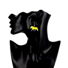 Shetlanninponi-korvakorut  Käy omasi tästä: Shetlanninponi-korvakorut sopivat täydellisesti lahjaksi hevosharrastajalle tai eläinrakkaalle henkilölle! Korvakorujen koko on 3 x 2,5 cm.  #samaskoru #korut #korvakorut Superhero, Art, Craft Art, Kunst, Gcse Art, Art Education Resources