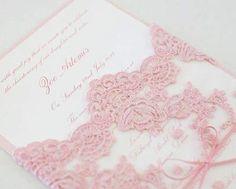 Convite de casamento rosa com renda bordada