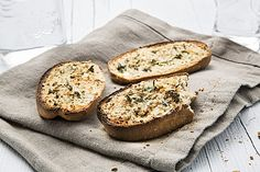 Knoblauchbrot mit QimiQ (Rezept mit Bild) von Emmilia_Gusto | Chefkoch.de Bagel, Baked Potato, Camembert Cheese, Muffin, Potatoes, Bread, Baking, Breakfast, Ethnic Recipes